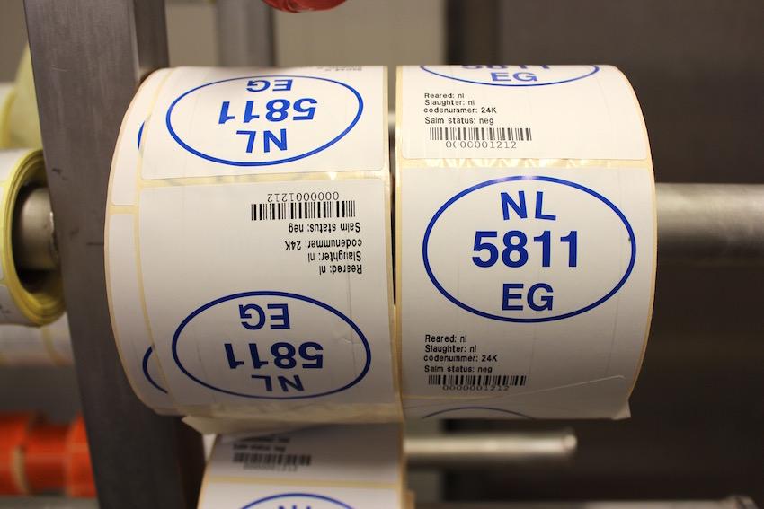 Pluimveeslachterij Clazing hanteert twee EG-nummers: van het slachthuis (NL 5811 EG) en de uitsnijderij (NL 5255 EG).