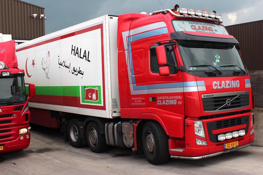 Vrachtwagen van Clazing. Op de zijkant staat: 'Halal op de islamitische wijze'.